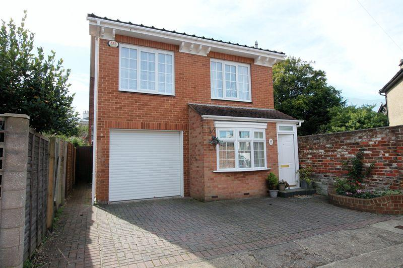 3 Bedrooms Detached House for sale in Queens Way, Southsea