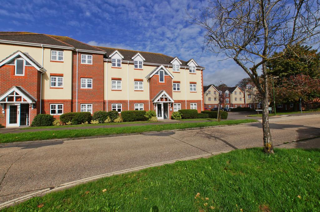 2 Bedrooms Apartment Flat for sale in Bewick Gardens, Chichester