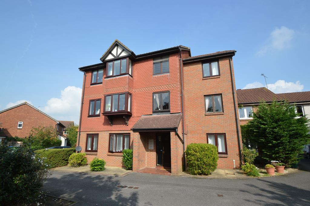 2 Bedrooms Flat for sale in Shaw Drive, WALTON ON THAMES KT12