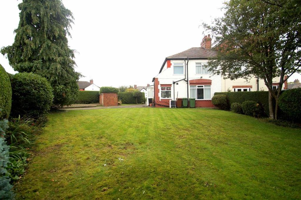 3 Bedrooms Semi Detached House for sale in Moor Avenue, Leeds