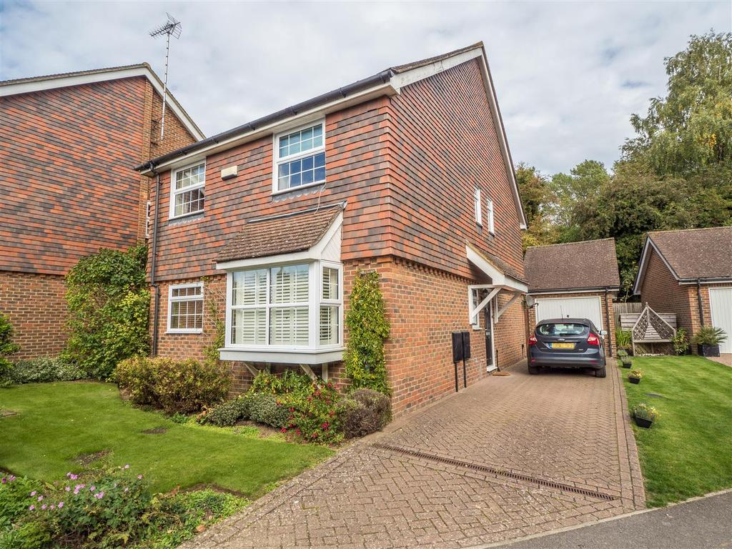 4 Bedrooms Detached House for sale in Cutbush Close, Harrietsham, Maidstone
