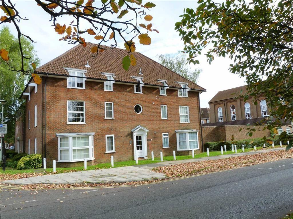Studio Flat for sale in The Cloisters, West Side, Welwyn Garden City