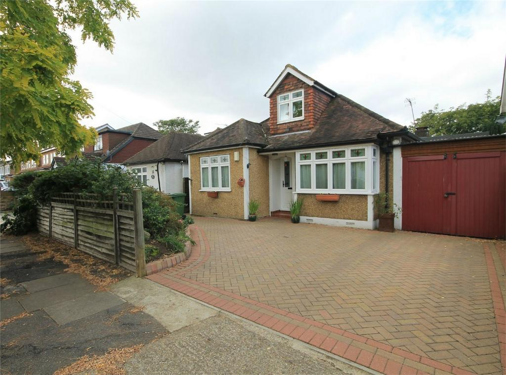 4 Bedrooms Detached House for sale in Hughes Road, Ashford, Surrey