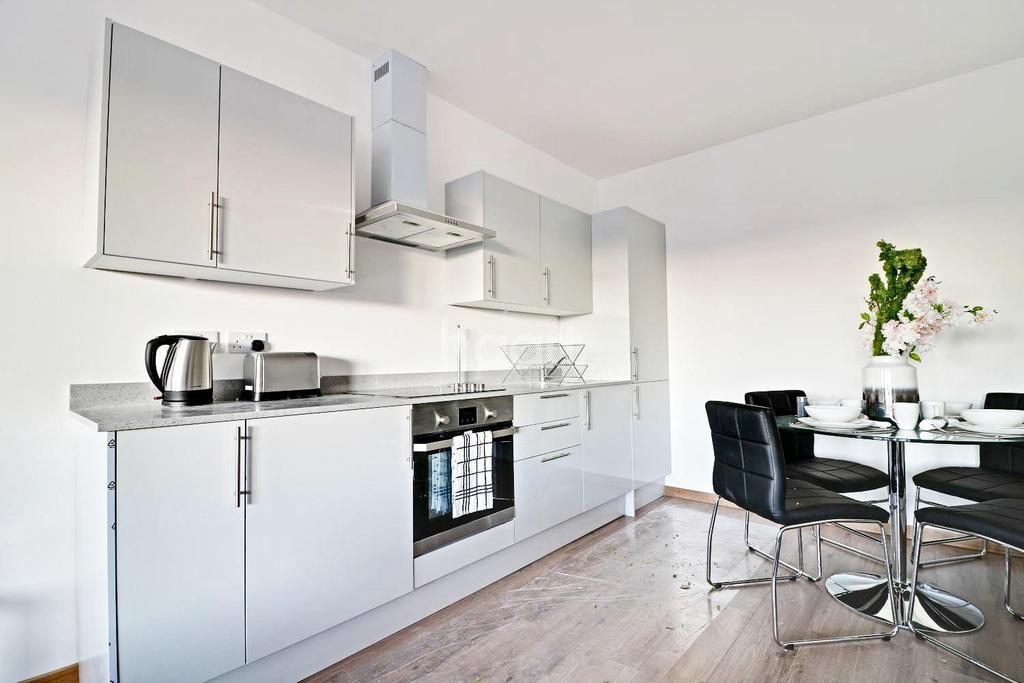 2 Bedrooms Flat for sale in The Quadrant, Westlea, Swindon
