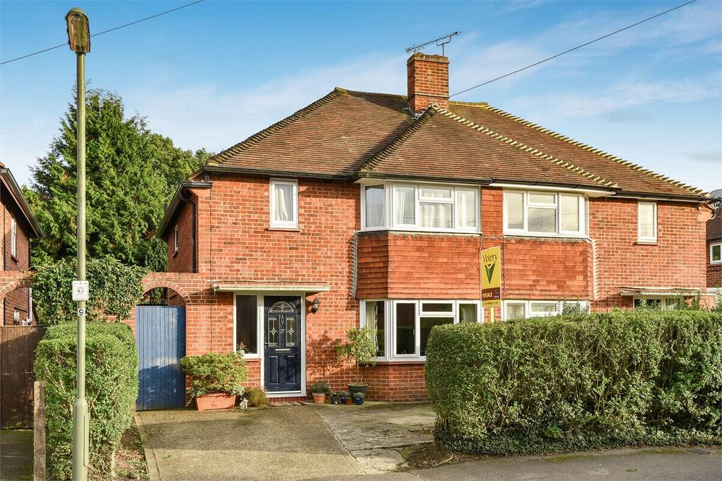 2 Bedrooms Semi Detached House for sale in Bagshot, Surrey