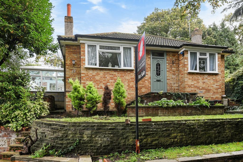 2 Bedrooms Bungalow for sale in Robin Hood Lane Bexleyheath DA6