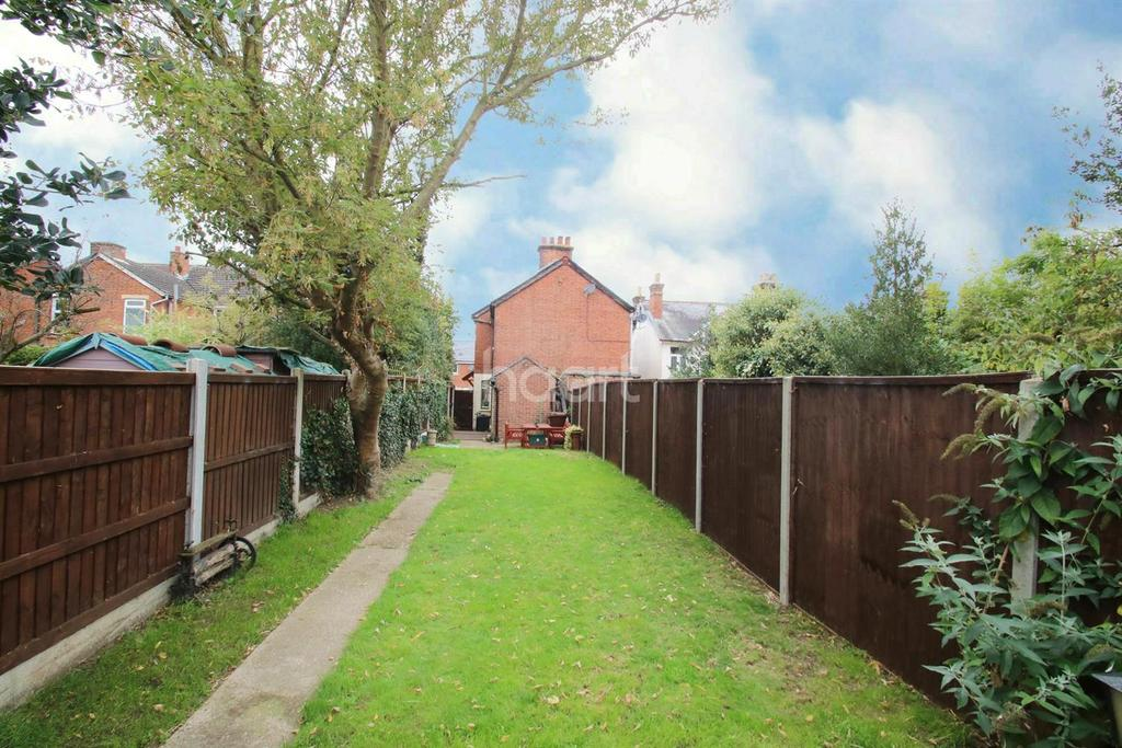 3 Bedrooms Semi Detached House for sale in Beehive Lane, Chelmsford