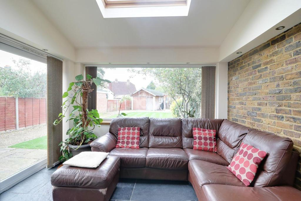 3 Bedrooms Semi Detached House for sale in Corwell Lane, Uxbridge