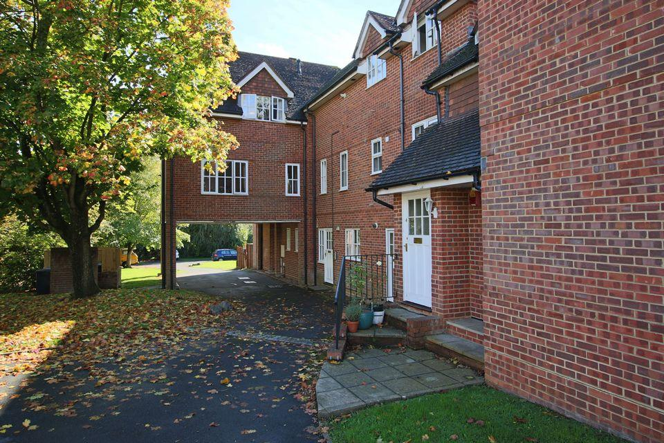 2 Bedrooms Apartment Flat for sale in Semley Lodge, Semley Road, Hassocks, West Sussex.