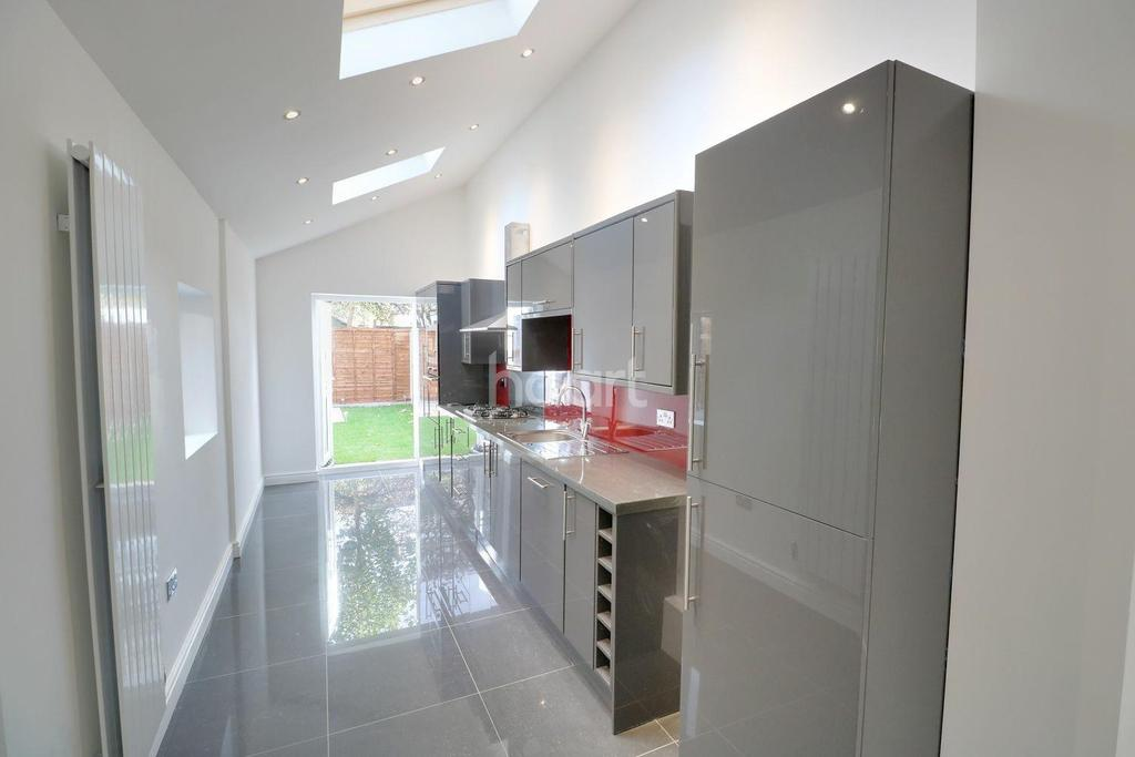 4 Bedrooms Semi Detached House for sale in Gilslan Road, Thornton Heath, CR7