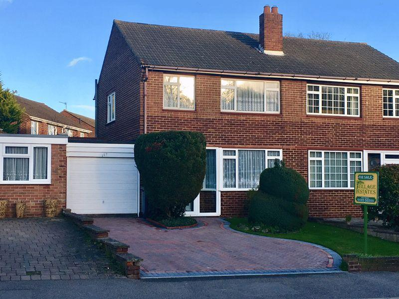 3 Bedrooms Semi Detached House for sale in Summerhouse Drive, Joydens Wood