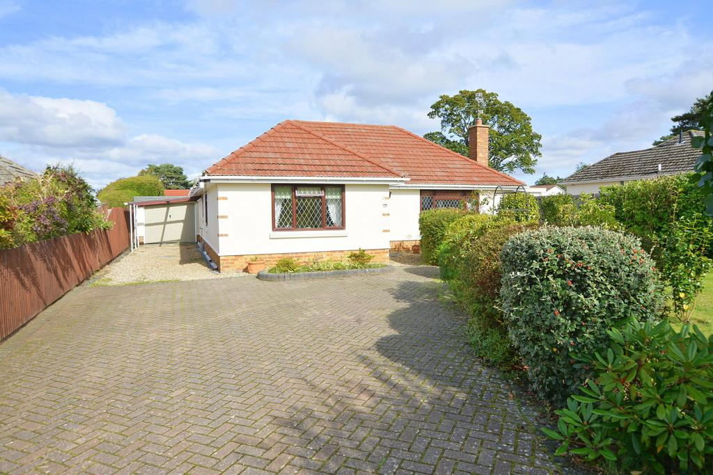 3 Bedrooms Chalet House for sale in Glenmoor Road, Ferndown