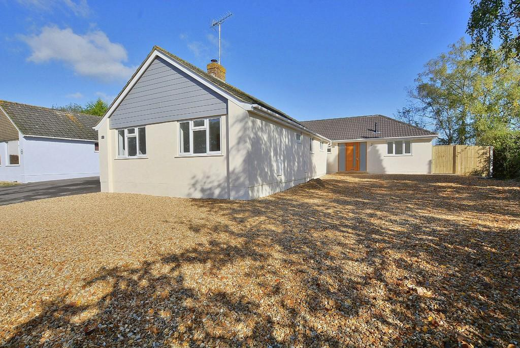 4 Bedrooms Detached Bungalow for sale in Woodlinken Close, Verwood
