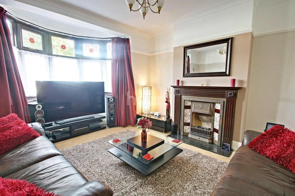 3 Bedrooms Semi Detached House for sale in Shirley Gardens, Hornchurch
