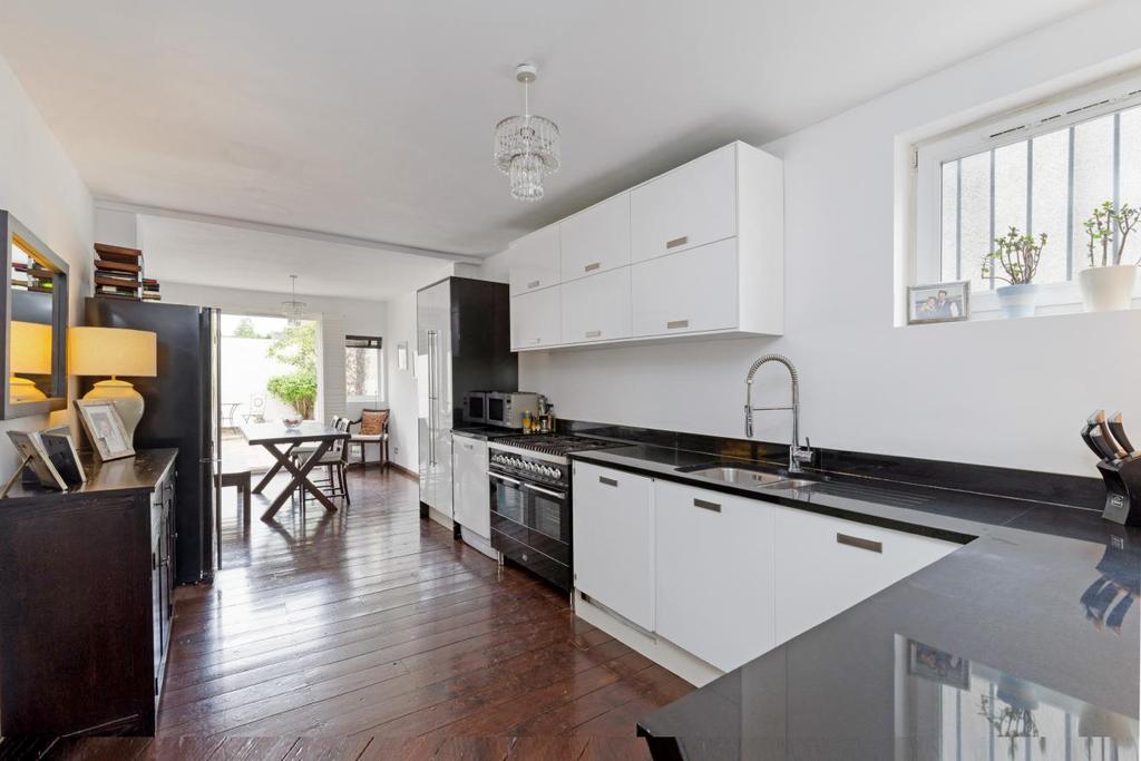 3 Bedrooms Terraced House for sale in Garratt Lane, Earlsfield