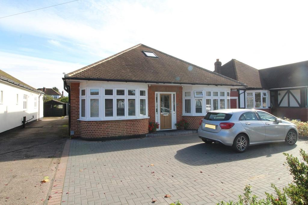 3 Bedrooms Chalet House for sale in Clayton Avenue, Upminster, Essex, RM14