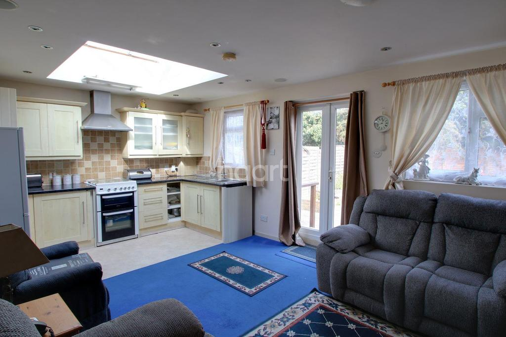 2 Bedrooms Flat for sale in Maple Close, Mitcham, CR4