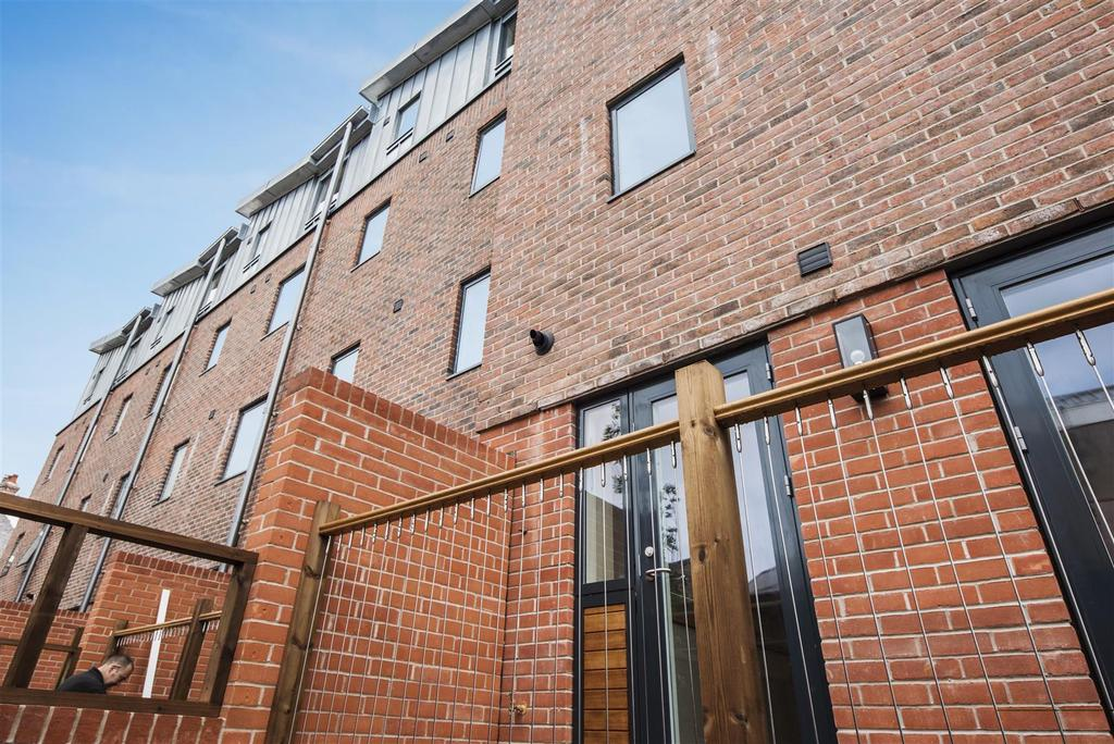 3 Bedrooms Town House for sale in 6 Nelson's Yard, Dennis Street, York YO1 9AA
