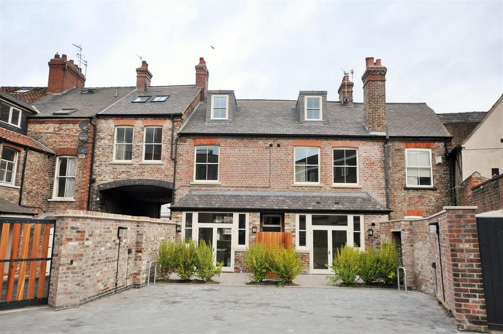 3 Bedrooms House for sale in Nelsons House, 7 Nelson's Yard, Walmgate, York YO1 9TX