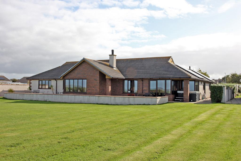 4 Bedrooms Detached Bungalow for sale in Penrodyn, Valley North Wales