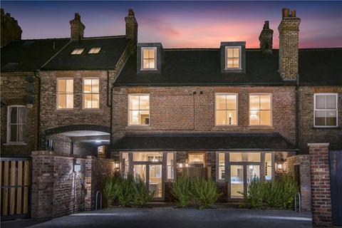 3 bedroom terraced house for sale - 7 Nelson's Yard, Walmgate, York, YO1