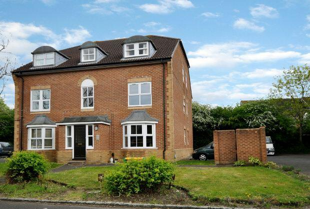 2 Bedrooms Flat for sale in Mannock Way, Woodley, Reading,