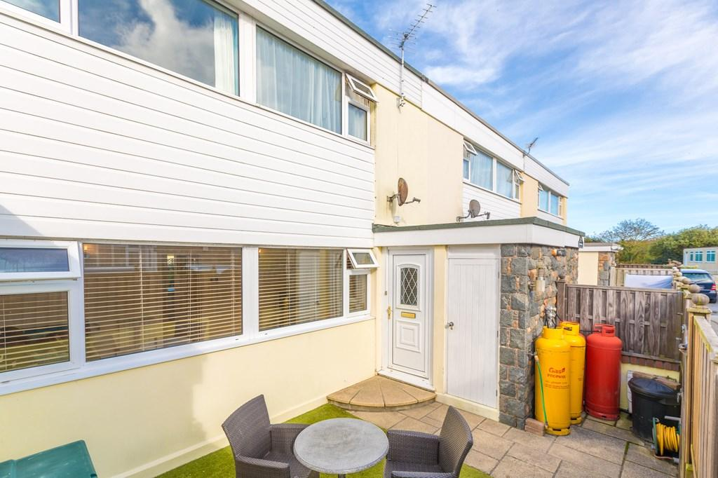 3 Bedrooms Terraced House for sale in Hougues Magues Lane, St. Sampson, Guernsey