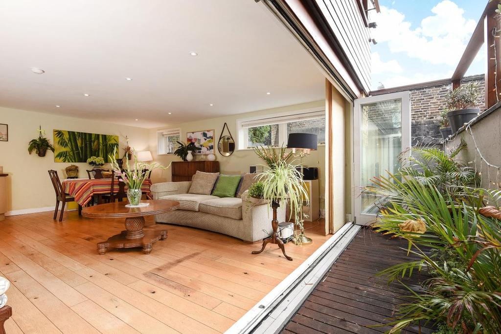 3 Bedrooms Detached House for sale in Findon Road, Shepherds Bush