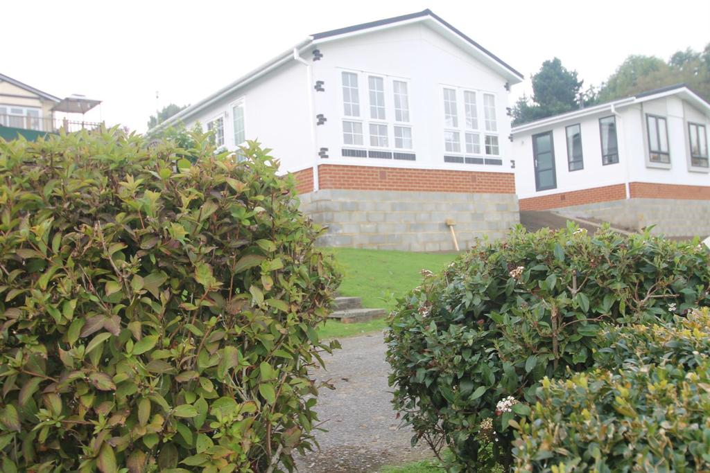 2 Bedrooms Park Home Mobile Home for sale in Lower Road, East Farleigh, Maidstone
