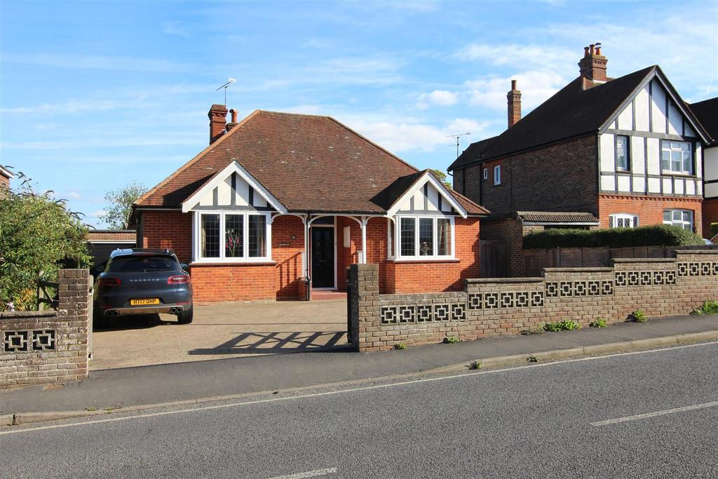 4 Bedrooms Bungalow for sale in Junction Road, Burgess Hill