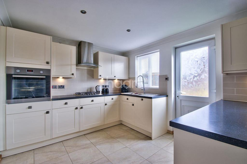 3 Bedrooms Semi Detached House for sale in Hawthorn Road