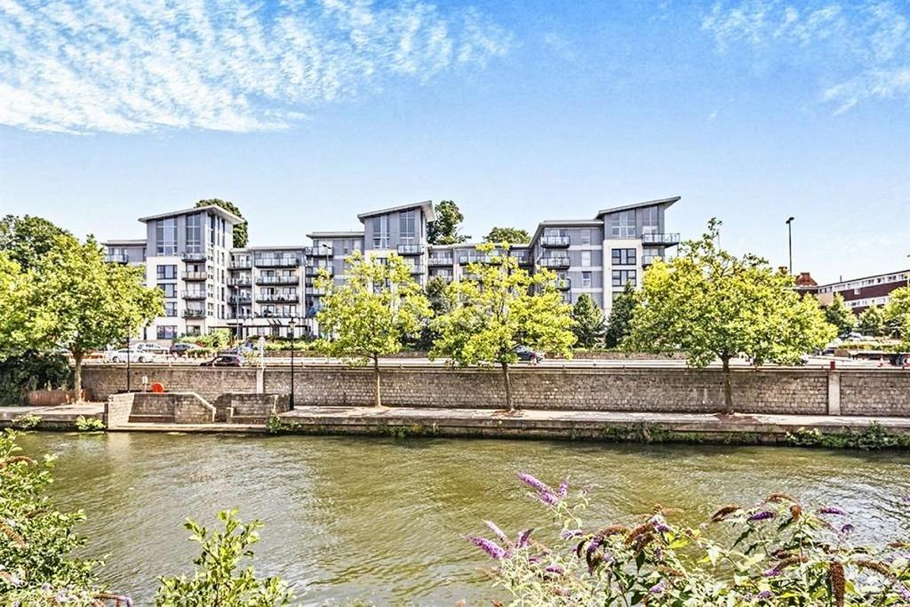 2 Bedrooms Flat for sale in Mckenzie Court, Maidstone, Kent, ME14