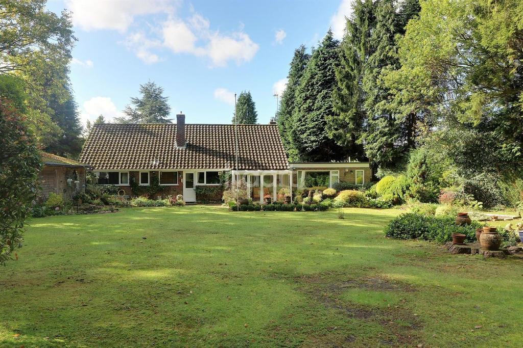 3 Bedrooms Bungalow for sale in Pinebank, Hindhead