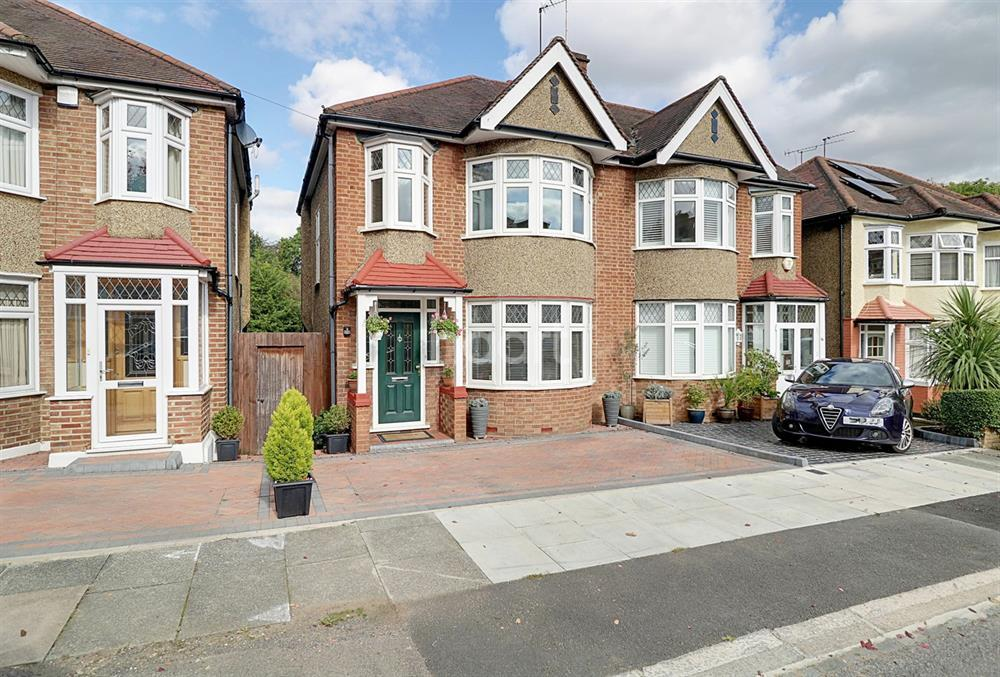 3 Bedrooms Semi Detached House for sale in Pymmes Green Road, New Southgate, N14