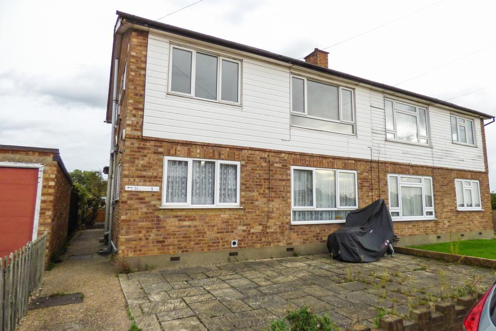 2 Bedrooms Maisonette Flat for sale in Laburnham Close, Cranham RM14