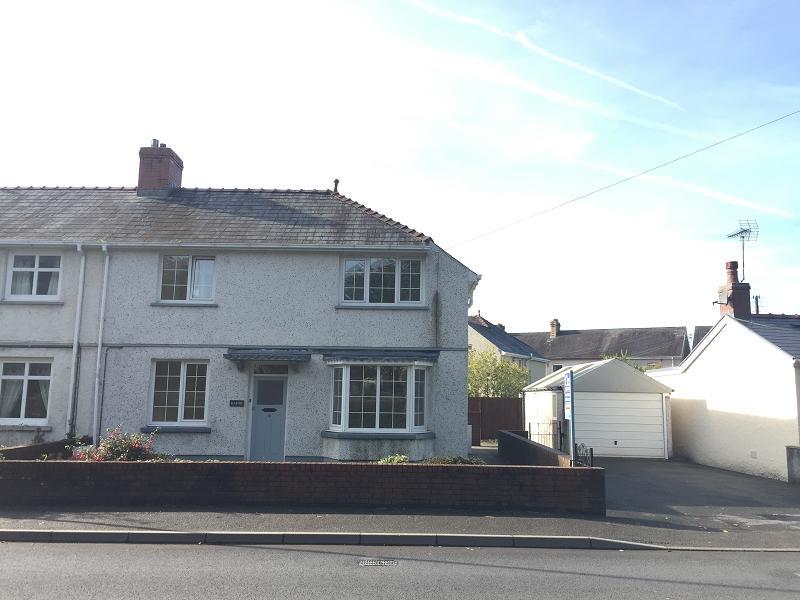 3 Bedrooms Semi Detached House for sale in Queensway, Llandovery, Carmarthenshire.