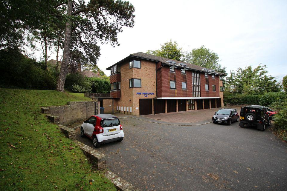 2 Bedrooms Flat for sale in Pine Trees Court, Hassocks, west Sussex, BN6 8NW