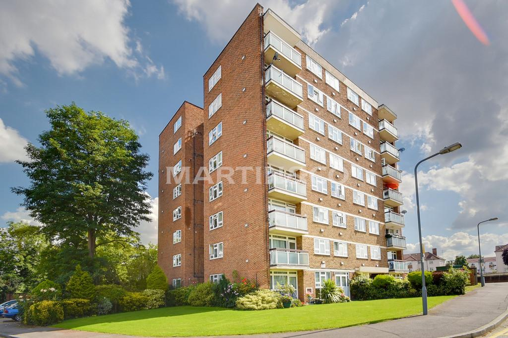 2 Bedrooms Apartment Flat for sale in Gardner Close, Wanstead