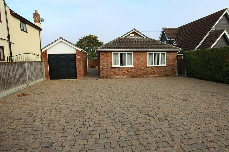 3 Bedrooms Detached Bungalow for sale in Beccles Road, Lowestoft