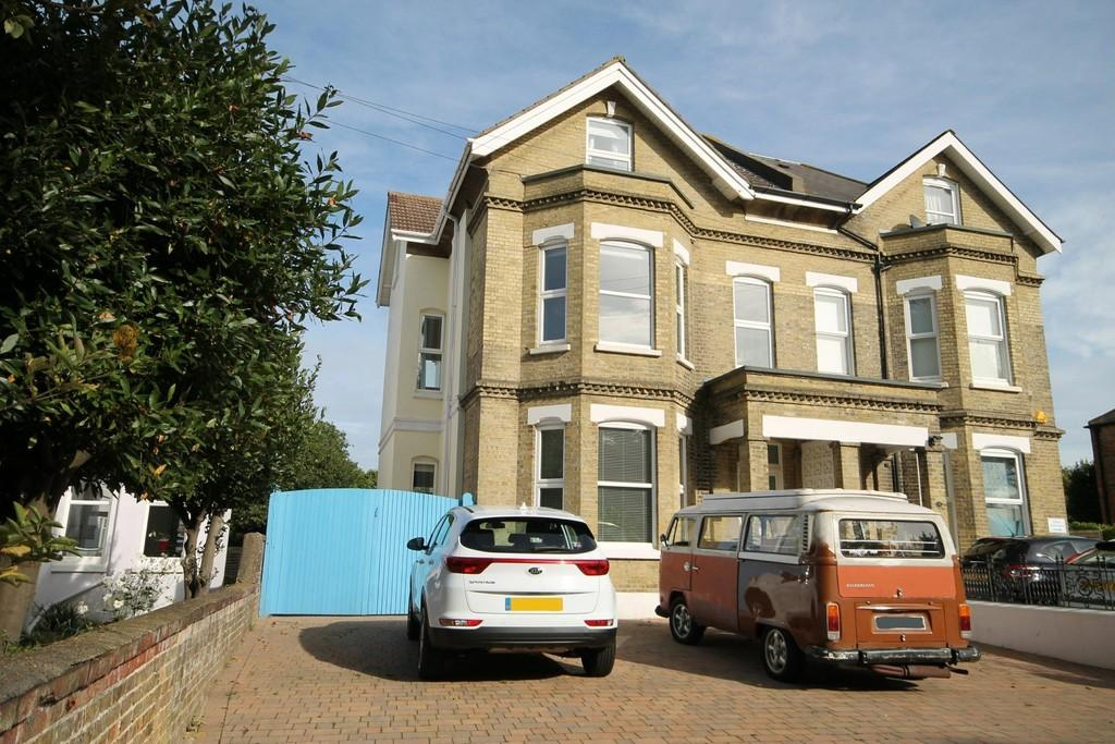 8 Bedrooms Semi Detached House for sale in Chesswood Road, Worthing BN11 2AA