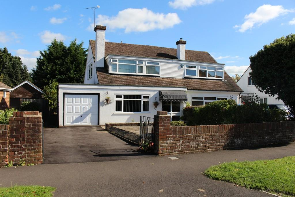 3 Bedrooms Semi Detached House for sale in Fairview Drive, Hythe, Southampton