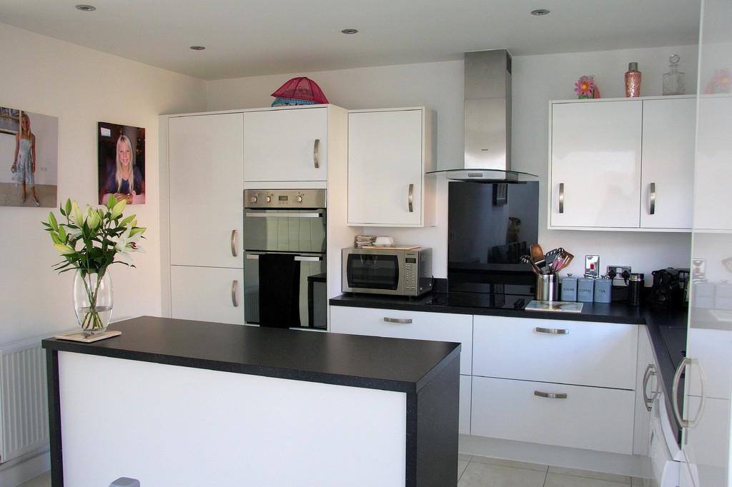 4 Bedrooms Detached House for sale in Nightjar Grove, Martlesham, IP12 4UF