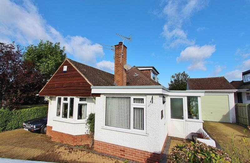 4 Bedrooms Bungalow for sale in Highfield Road, Keynsham, Bristol
