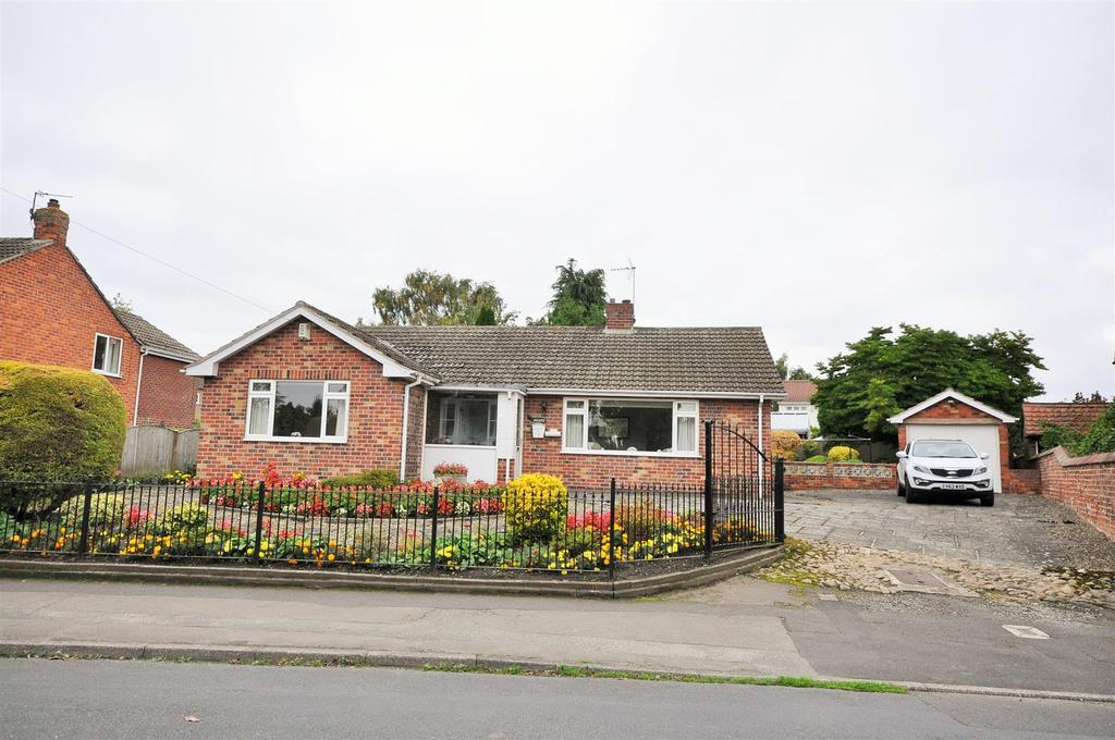 2 Bedrooms Detached Bungalow for sale in Main Street, Upper Poppleton, York