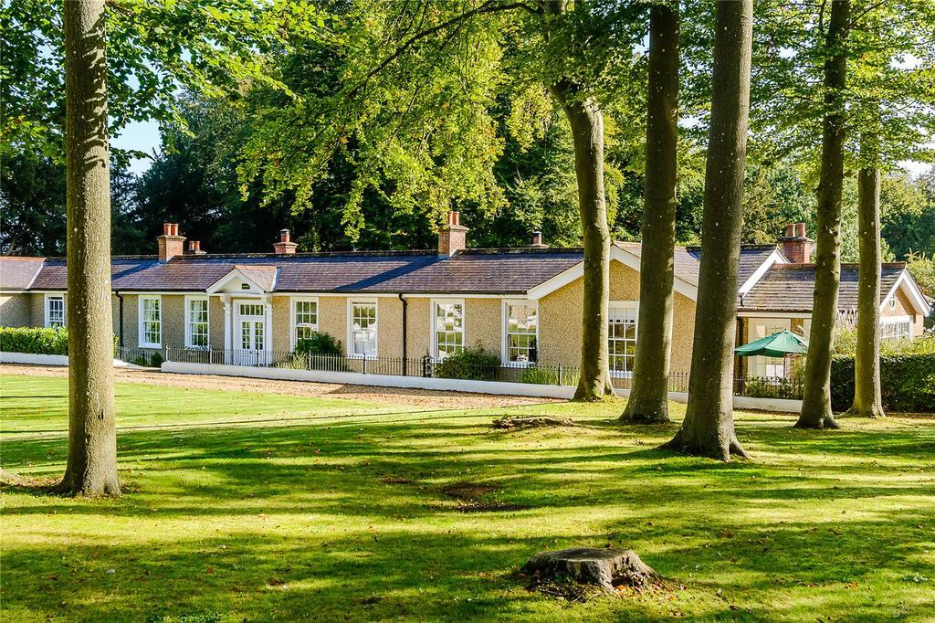 2 Bedrooms Bungalow for sale in Eastcourt, Salisbury Road, Netheravon, Salisbury
