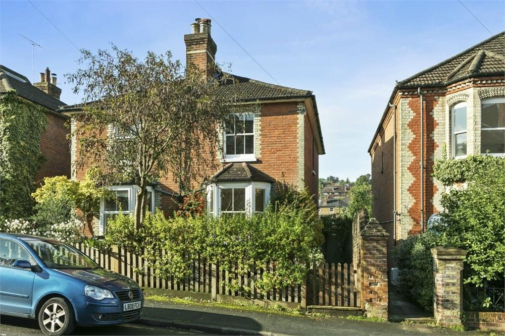 2 Bedrooms Semi Detached House for sale in Baillie Road, Guildford, Surrey