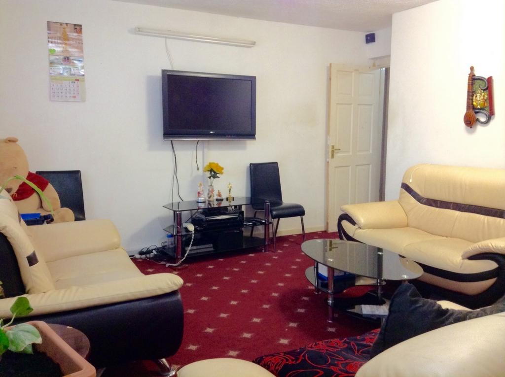 2 Bedrooms Flat for sale in Garrod House, The Broadway, Southall, UB1