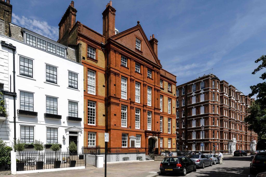 2 Bedrooms Flat for sale in Cheyne Walk, London. SW3