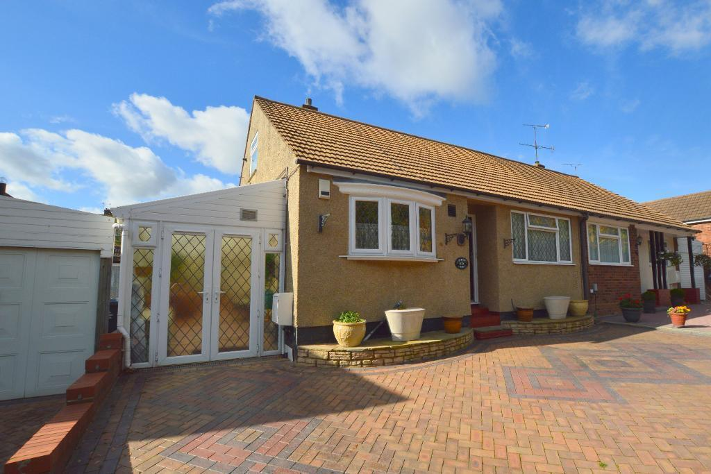 3 Bedrooms Bungalow for sale in Saywell Road, Luton, Round Green, LU2 0TJ