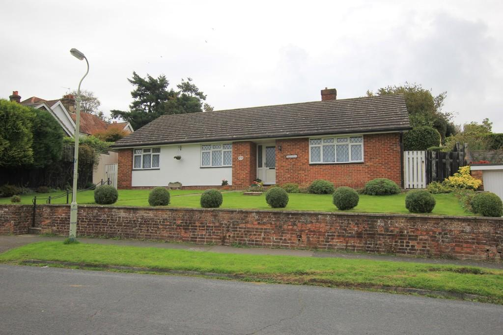 3 Bedrooms Detached Bungalow for sale in Highcroft Crescent, Heathfield